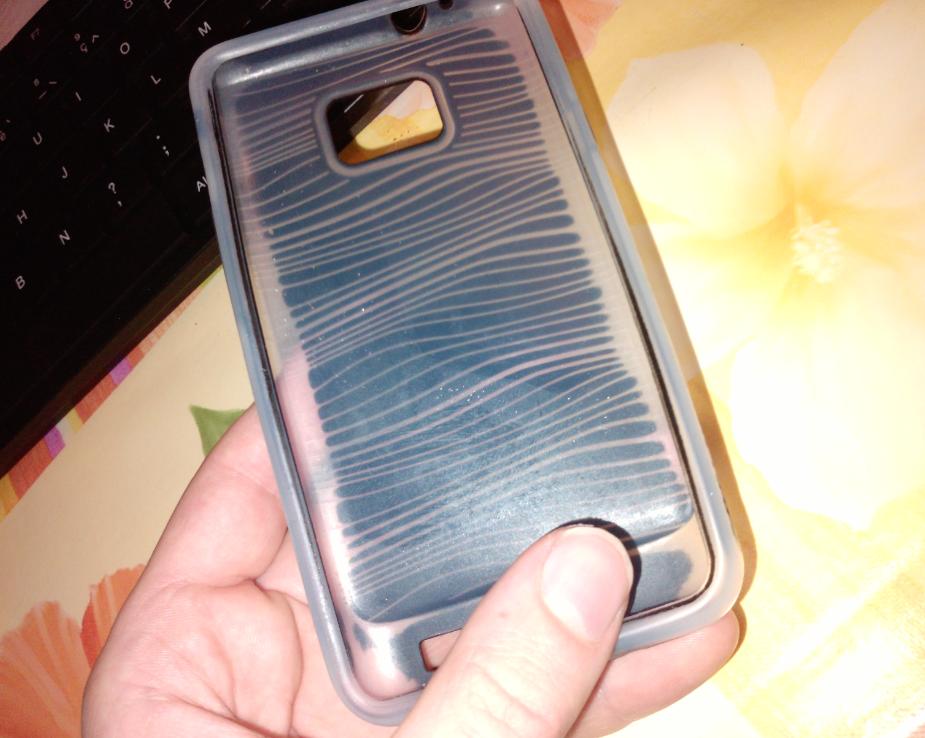 Zie eens, dit beschermhoesje (Belkin, schokbestendig) kocht ik samen met m'n GSM. Het is inmiddels al niet meer zwart, de kleur ging al af. Maar ik gebruikte het nog steeds.